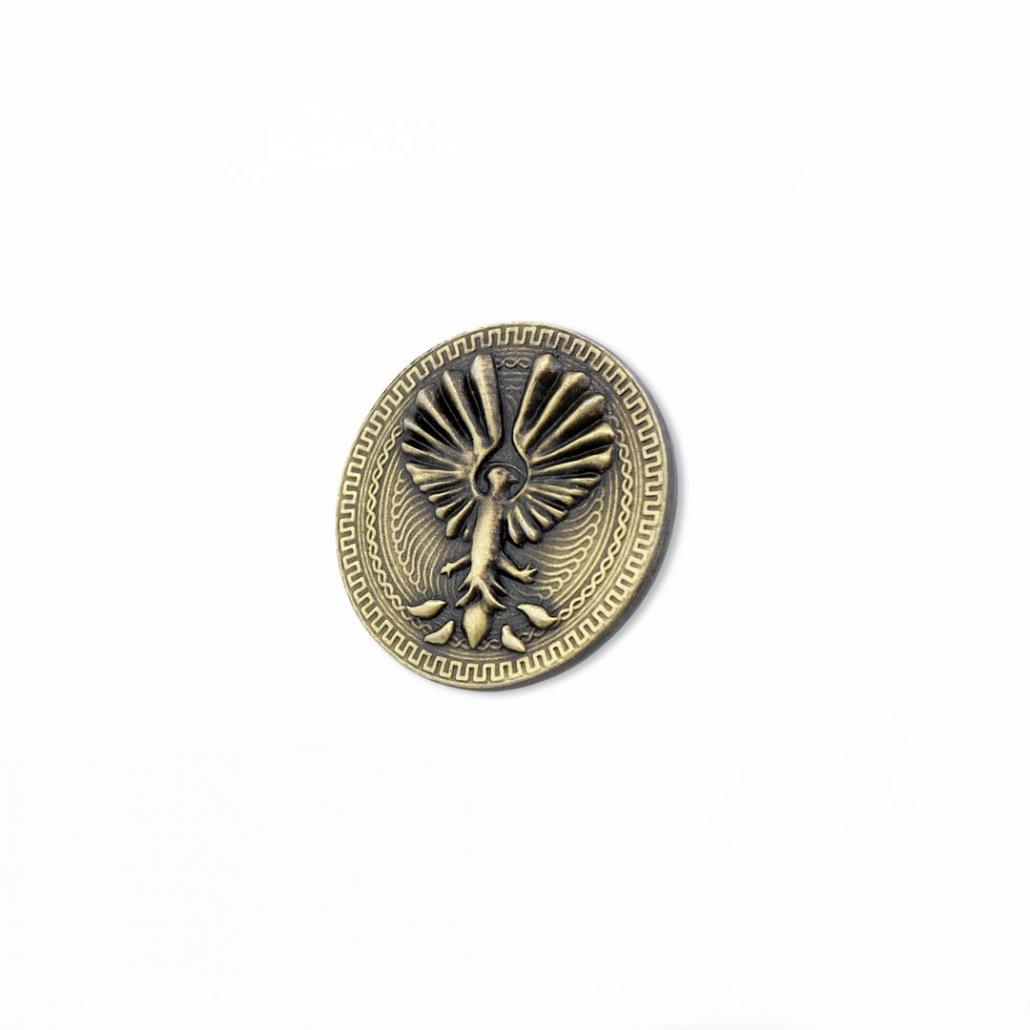Eine Gussmünze in goldener Farbe mit Phönix-Motiv